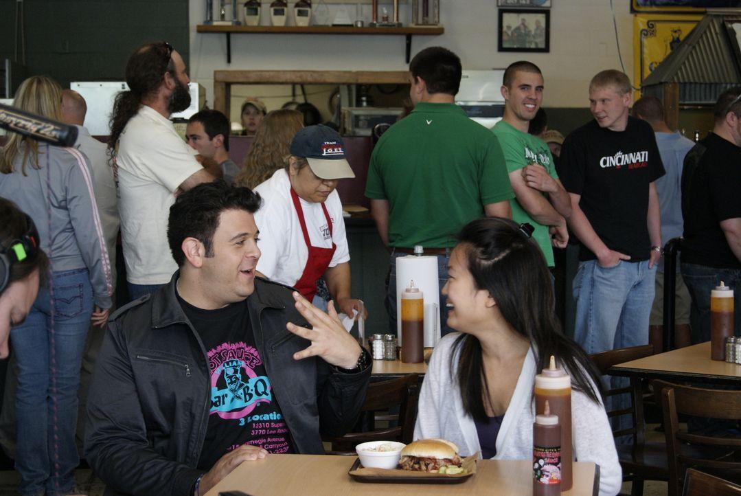 Dieses Mal sucht Adam Richman (l.) die geschmacksintensivsten kulinarischen Barbecue-Köstlichkeiten der USA. Den Anfang macht er in Kansas City, wo... - Bildquelle: 2010, The Travel Channel, L.L.C.