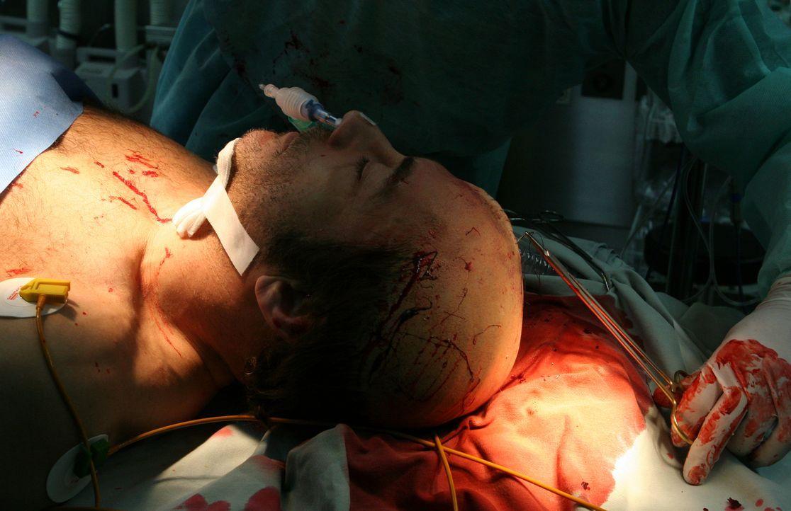 Dank einer Notoperation kann Cop Anthony Stowe (Jean-Claude Van Damme) gerettet werden, doch er fällt monatelang ins Koma. Kaum wieder erwacht, verä...