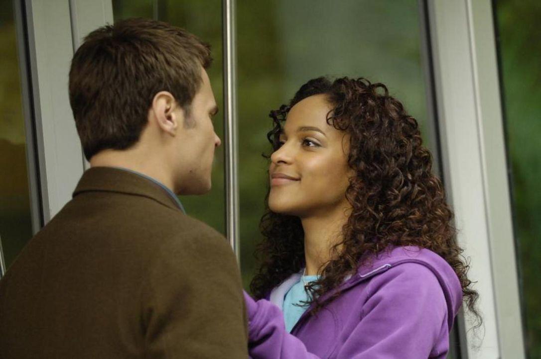Werden von Devon gestört: Shawn (Patrick Flueger, l.) und Isabelle (Megalyn Echikunwoke, r.) ... - Bildquelle: Viacom Productions Inc.