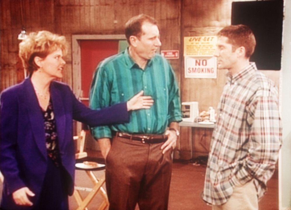 Ein junger Regisseur (Leland Orser, r.) versucht, Al (Ed O'Neill, M.) und Marcy (Amanda Bearse, l.) zu erklären, wie sie sich für einen Werbespot vo... - Bildquelle: Sony Pictures Television International. All Rights Reserved.
