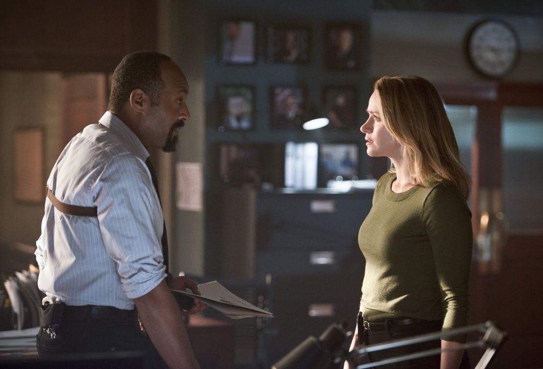 Wie lange können Joe (Jesse L. Martin, l.) und Barry Patty (Shantel VanSanten, r.) noch etwas vorspielen? - Bildquelle: 2015 Warner Brothers.