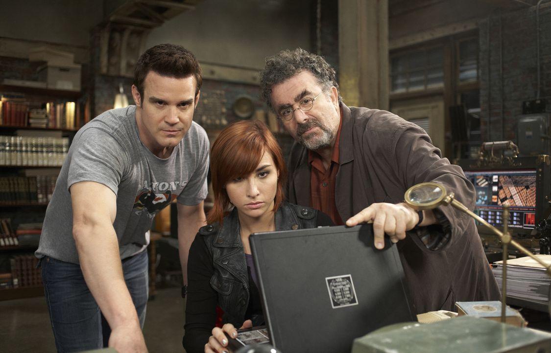 (v.l.n.r.) Pete Lattimer (Eddie McClintock); Claudia Donovan (Allison Scagliotti); Artie Nielsen (Saul Rubinek) - Bildquelle: Sophie Giraud/Syfy