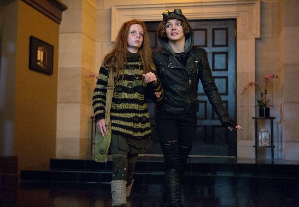 Während Gordon im Arkham Gefängnis in einem neuen Fall ermittelt, trifft Selina (Camren Bicondova, r.) auf eine kranke Ivy Pepper (Clare Foley, l.)... - Bildquelle: Warner Bros. Entertainment, Inc.
