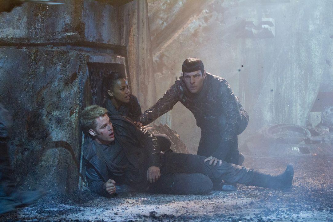 Im Visier des Bösen: (v.l.n.r.) Kirk (Chris Pine), Uhura (Zoe Saldana) und Spock (Zachary Quinto) ... - Bildquelle: Zade Rosenthal 2013 Paramount Pictures.  All Rights Reserved.