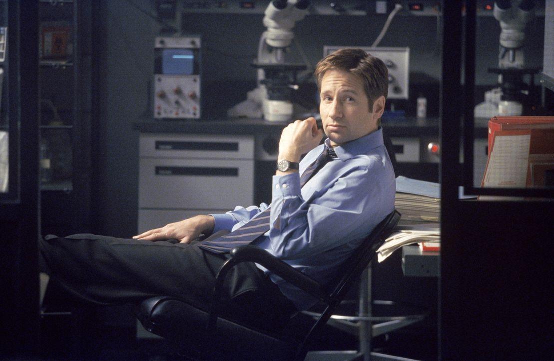 Mulder (David Duchovny) macht Doggeett auf den Tod eines mexikanischen Arbeiters auf einer Bohrinsel im Golf von Mexiko aufmerksam. Dieser ist auf m... - Bildquelle: TM +   2000 Twentieth Century Fox Film Corporation. All Rights Reserved.