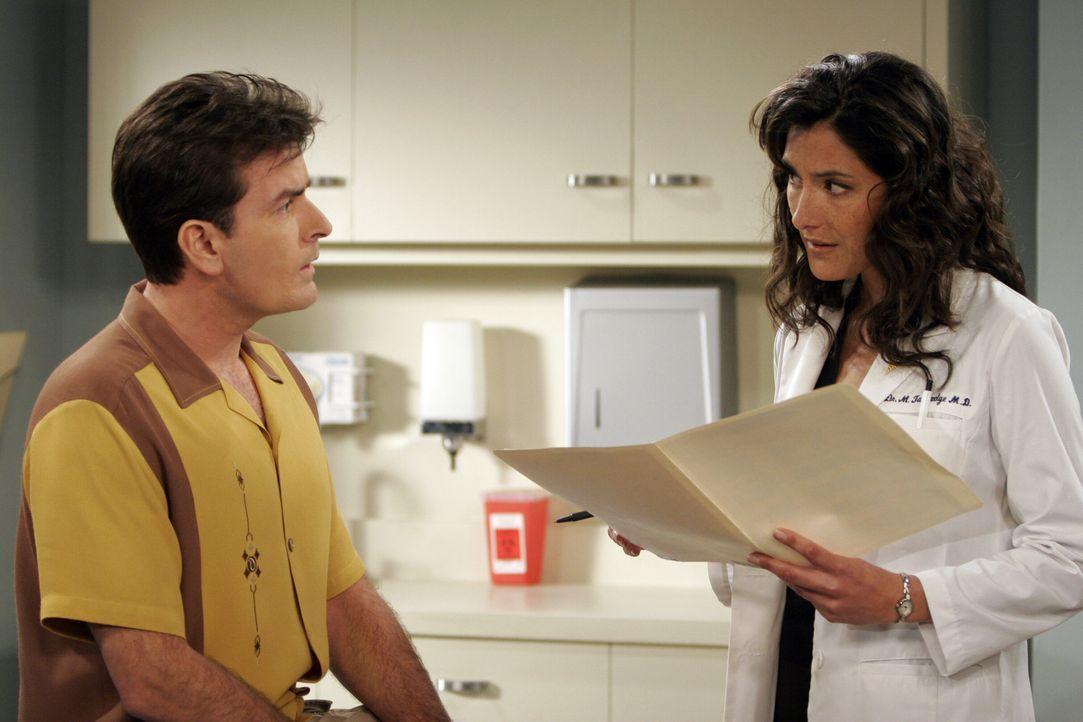Während Charlie (Charlie Sheen, l.) glaubt, die Ärztin (Alicia Coppola, r.) zum ersten Mal in seinem Leben zu sehen, kann sie sich sehr wohl an eine... - Bildquelle: Warner Brothers Entertainment Inc.
