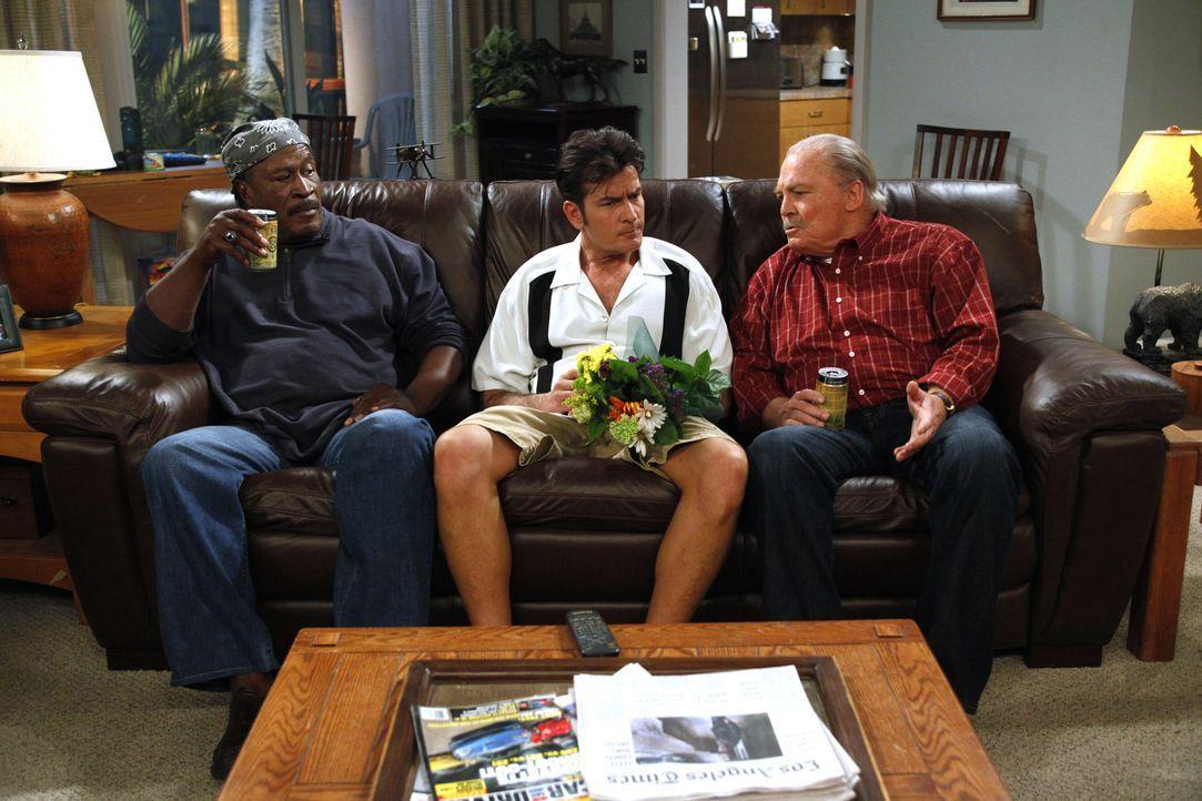 Charlie (Charlie Sheen, M.) weiß nicht mehr weiter und sucht sich Rat bei Chelseas Vater Tom (Stacy Keach, r.) und dessen Lebensgefährten Ed (John A... - Bildquelle: Warner Brothers