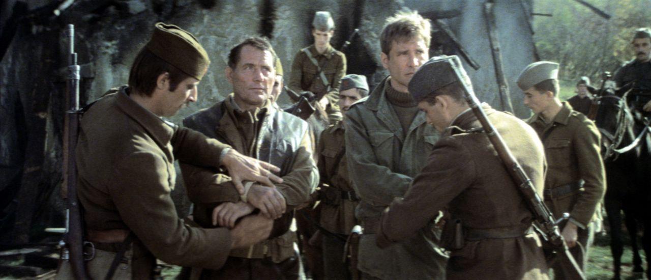 Für Mallory (Robert Shaw, 2.v.l.) und Barnsby (Harrison Ford, 3.v.r.) läuft nichts wie geplant. Zu allem Übel werden sie auch noch verhaftet ... - Bildquelle: Columbia Pictures