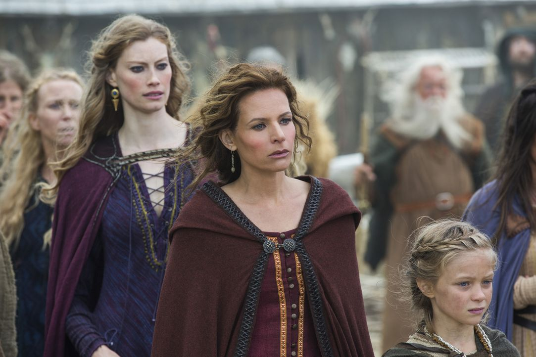 Können die Frauen in Kattegat dem mysteriösen Fremden vertrauen? Siggy (Jessalyn Gilsig, 2.v.r.) und Königin Aslaug (Alyssa Sutherland, 2.v.l.) ... - Bildquelle: 2015 TM PRODUCTIONS LIMITED / T5 VIKINGS III PRODUCTIONS INC. ALL RIGHTS RESERVED.