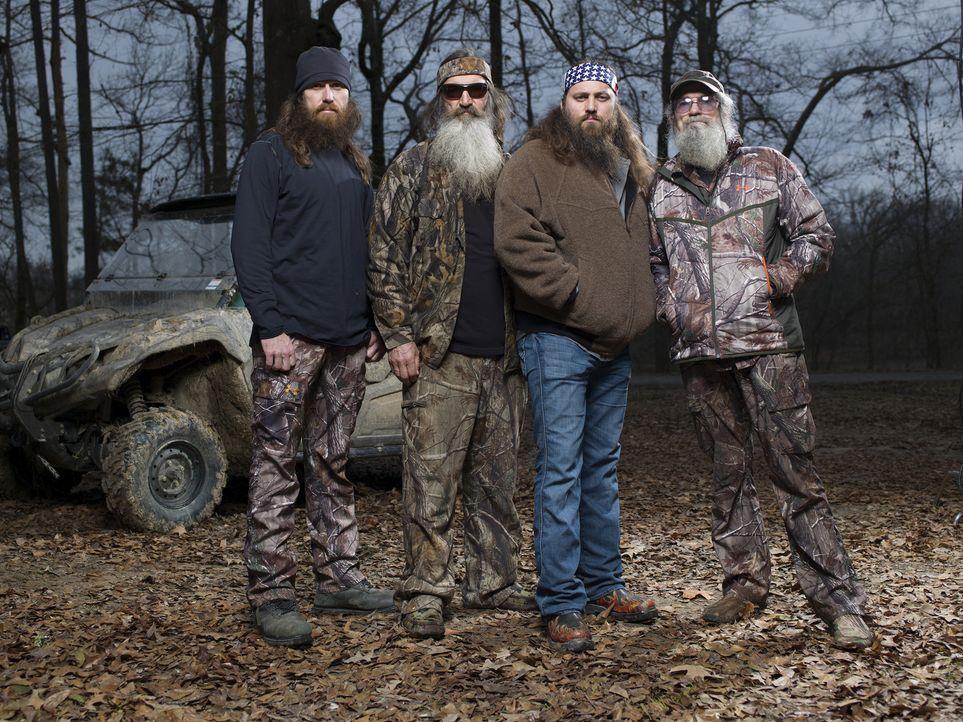 (4. Staffel) - Entenjäger unter sich: Phil (2.v.l.) mit seinen Söhnen Jase (l.) und Willie (2.v.r.), sowie sein Bruder Si (r.) ... - Bildquelle: 2013 A+E Networks