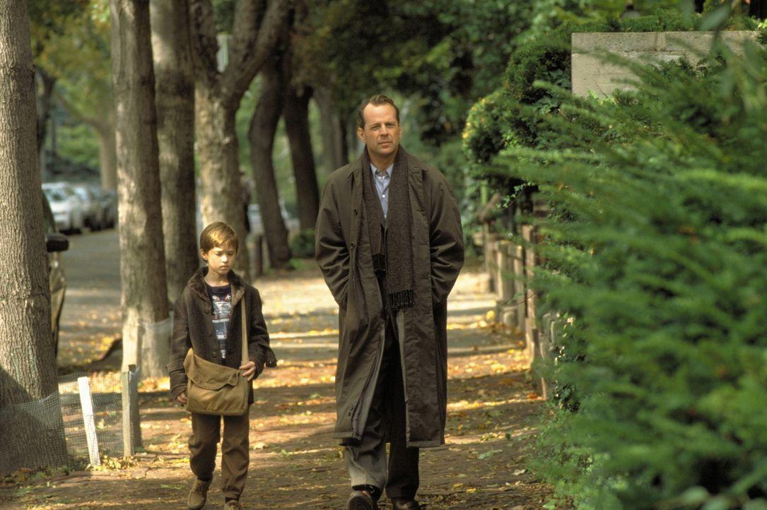 Als Dr. Crowe (Bruce Willis, r.) hinter das Geheimnis des kleinen Cole (Haley Joel Osment, l.) gelangt, gibt es für ihn kein erlösendes Erwachen aus... - Bildquelle: Buena Vista Pictures