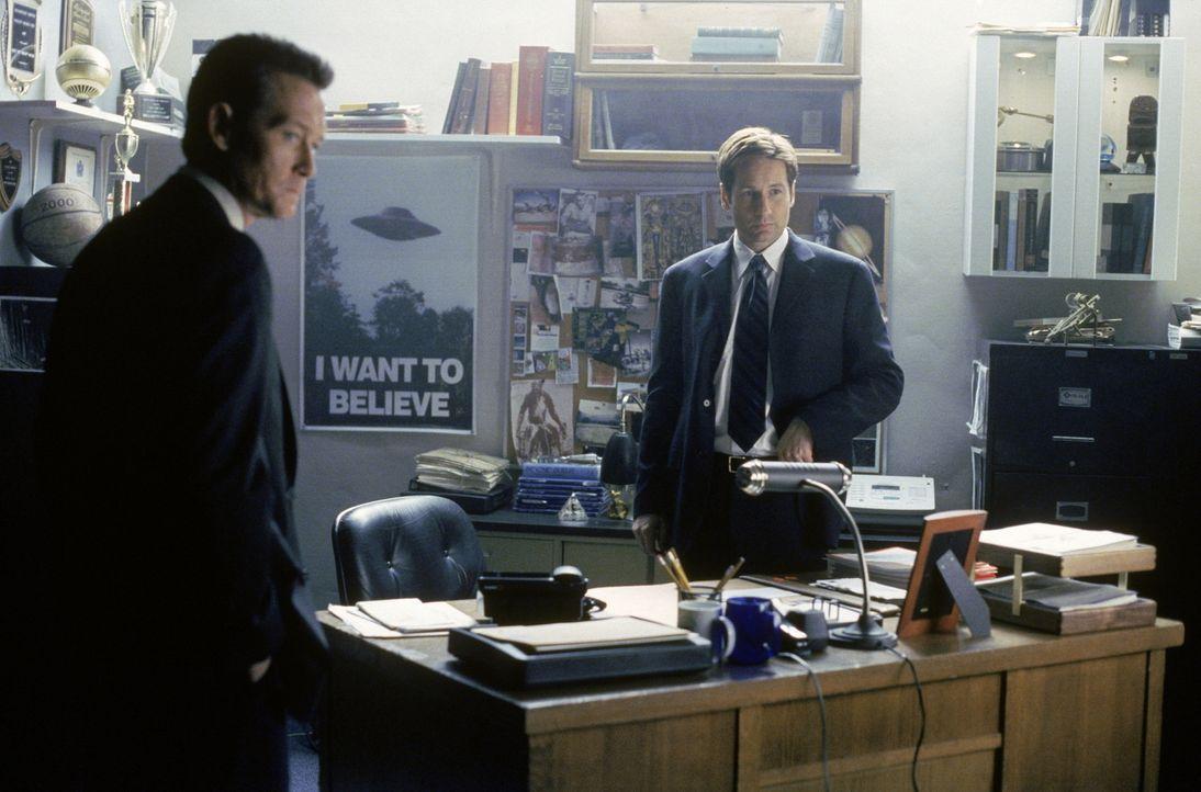Doggett (Robert Patrick, l.) hat keine andere Wahl, als gemeinsam mit Mulder (David Duchovny, r.) zu ermitteln. - Bildquelle: TM +   2000 Twentieth Century Fox Film Corporation. All Rights Reserved.