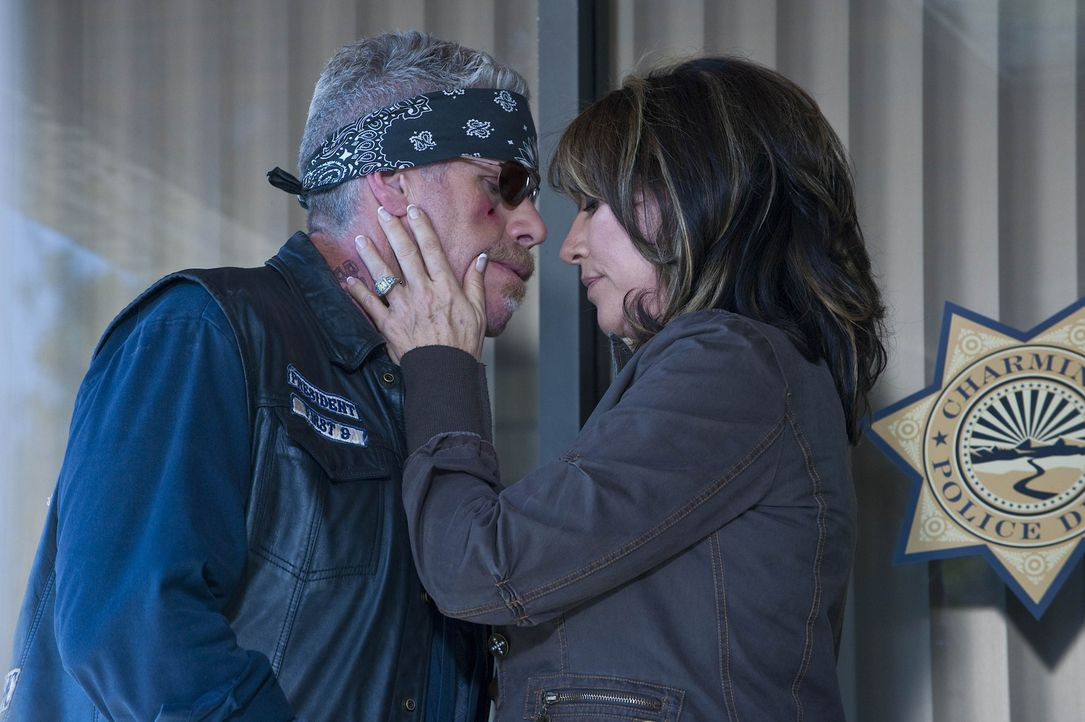 Gemma (Katey Sagal, r.) macht sich Sorgen um Clay (Ron Perlman, l.), der zusammen mit Jax einen Rachefeldzug gegen Zobelle und seine Männer plant ... - Bildquelle: 2009 Twentieth Century Fox Film Corporation and Bluebush Productions, LLC. All rights reserved.