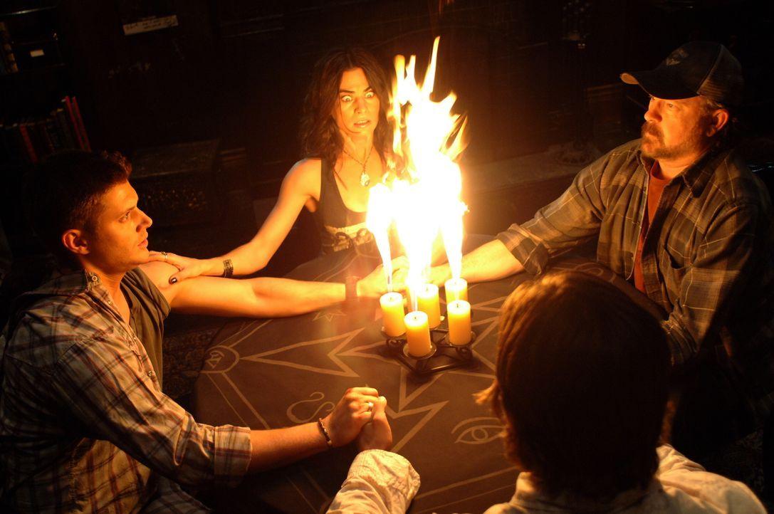 Im Kampf gegen das Böse: (v.l.n.r.) Dean (Jensen Ackles), Pamela (Traci Dinwiddie), Sam (Jared Padalecki) und Bobby (Jim Beaver) ... - Bildquelle: Warner Bros. Television