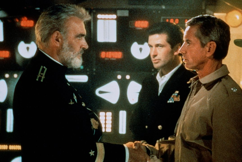Kapitän Ramius (Sean Connery, l.) begrüßt US-Captain Mancuso (Scott Glenn, r.) und den CIA-Agenten Jack Ryan (Alec Baldwin, M.) an Bord seines Schif... - Bildquelle: Paramount Pictures