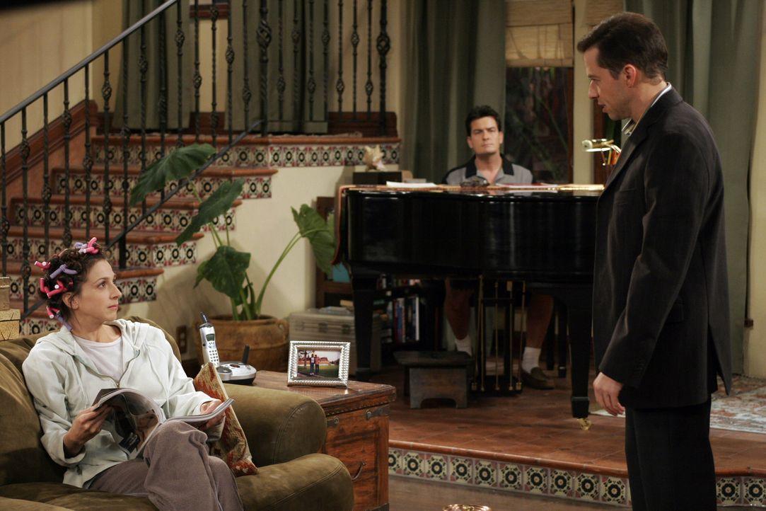 Charlie (Charlie Sheen, M.) hat Alan (Jon Cryer, r.) ein Date verschaffen. Judith (Marin Hinkle, l.) kann es nicht glauben ... - Bildquelle: Warner Brothers Entertainment Inc.