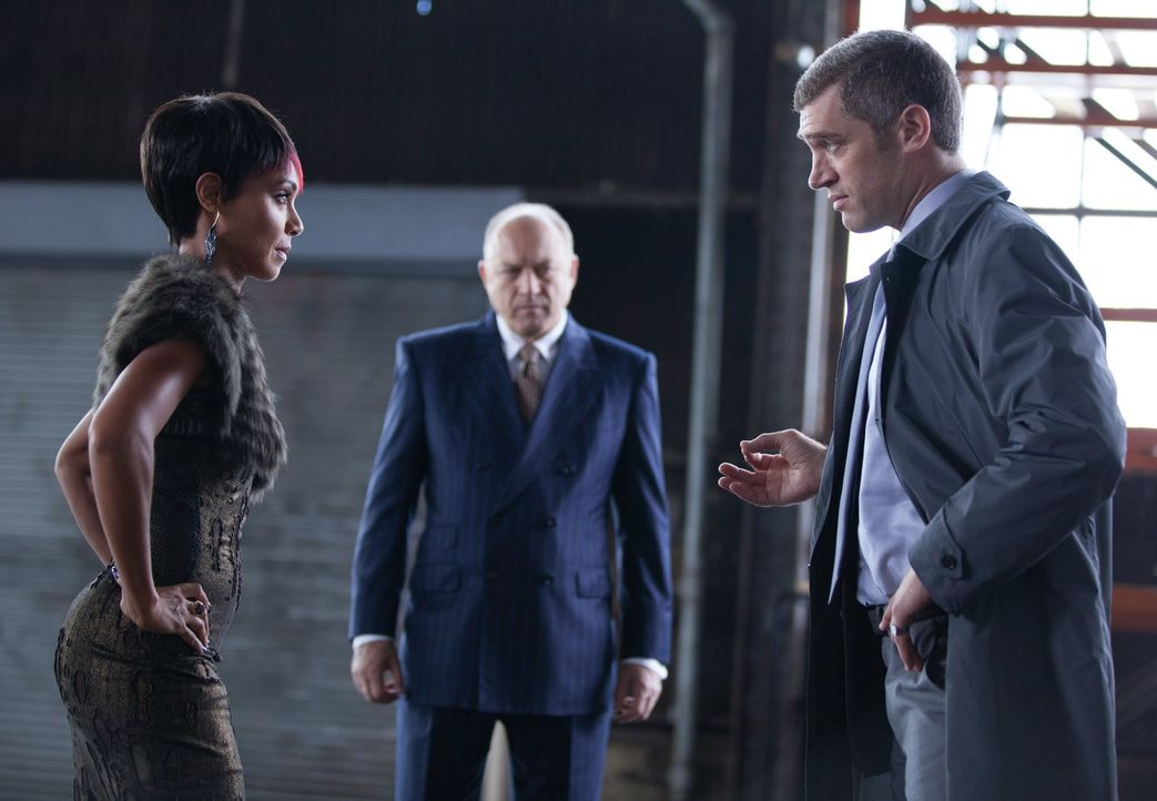 Ein ganz besonderes Treffen: Falcone (John Doman, M.), Nikolai (Jeremy Davidson, r.) und Fish Mooney (Jada Pinkett Smith, l.) ... - Bildquelle: Warner Bros. Entertainment, Inc.