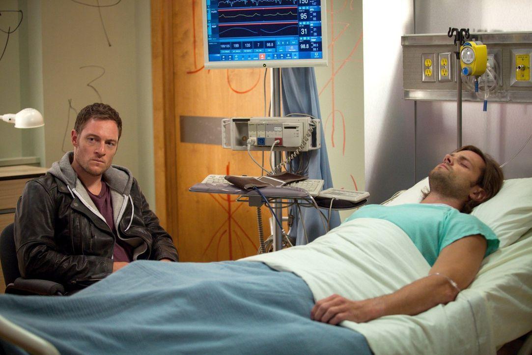 Dean ist sich sicher, dass Sam (Jared Padalecki, r.) nicht wollen würde, dass Ezekiel (Tahmoh Penikett, l.) von seinem Körper Besitz ergreift, doch... - Bildquelle: 2013 Warner Brothers