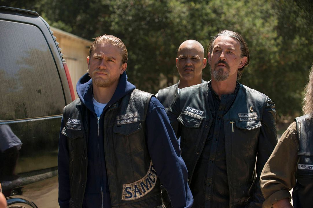 Noch ahnen Jax (Charlie Hunnam, l.), Happy (David Labrava, M.) und vor allem Chibs (Tommy Flanagan, r.) nicht, was sie für ein paar Stimmen alles tu... - Bildquelle: 2012 Twentieth Century Fox Film Corporation and Bluebush Productions, LLC. All rights reserved.