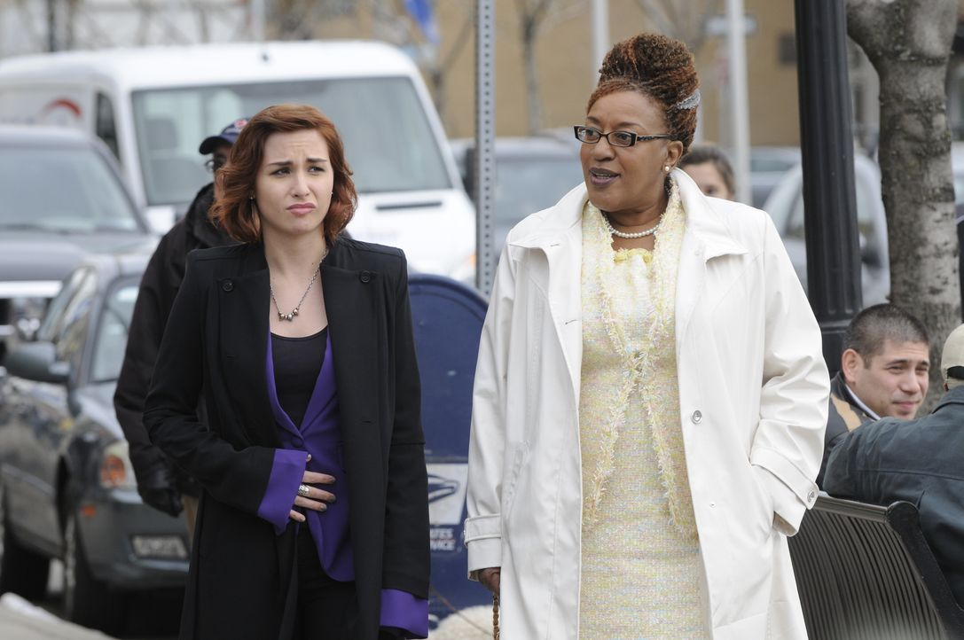 Claudia Donovan (Allison Scagliotti, l.); Mrs. Frederic (CCH Pounder, r.) - Bildquelle: Steve Wilkie 2012 Universal Network Television LLC. ALL RIGHTS RESERVED. / Steve Wilkie