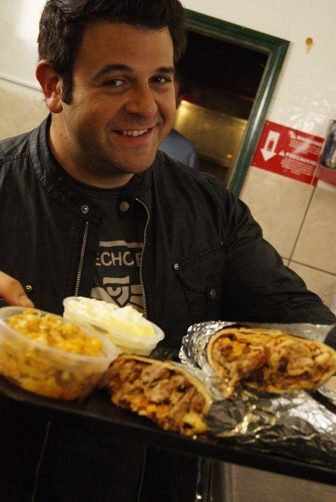 Für seine aktuelle Challenge muss Adam Richman ganz schön viel essen. Auf ihn warten 4 Pfund Burrito, 1/2 Pfund Käsemakkaroni und 1/2 Pfund Bananen... - Bildquelle: 2010, The Travel Channel, L.L.C.