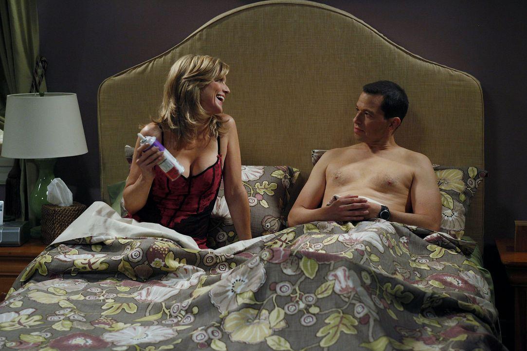 Alan (Jon Cryer, r.) hat eine Affäre mit Lyndsey (Courtney Thorne-Smith, l.). Als Jake herausfindet, dass sein Vater die Mutter seines besten Freund... - Bildquelle: Warner Bros. Television