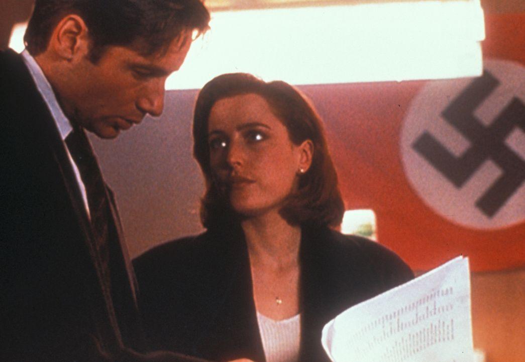 Mulder (David Duchovny, l.) und Scully (Gillian Anderson, r.) stoßen in einer Druckerei in Brooklyn  auf antijüdisches Hetzmaterial, womit das Motiv... - Bildquelle: TM +   Twentieth Century Fox Film Corporation. All Rights Reserved.