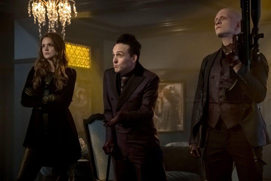 Statten Barbara in ihrem neuen Business einen Besuch ab, um ihr zu zeigen, wer jetzt in Gotham das Sagen hat: Ivy (Maggie Geha, l.), Pinguin (Robin... - Bildquelle: 2017 Warner Bros.