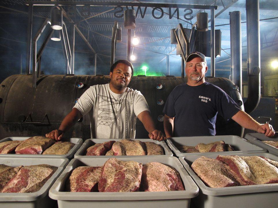 Der kanadische Chefkoch Roger Mooking (l.) macht sich in den USA auf eine ganz besondere kulinarische Reise und besucht Hobbyköche, Grillmeister und... - Bildquelle: 2012, Cooking Channel, LLC. All Rights Reserved.
