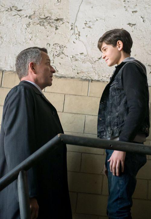 Während James Gordon einen folgenreichen Fehler begeht, macht sich Alfred (Sean Pertwee, l.) auf die Suche nach Bruce (David Mazouz, r.), der nach d... - Bildquelle: Warner Bros. Entertainment, Inc.