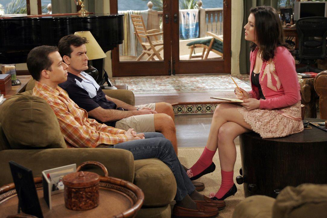 Rose (Melanie Lynskey, r.) will sich die ewigen Streitereien zwischen Charlie (Charlie Sheen, M.) und Alan (Jon Cryer, l.) nicht länger anhören und... - Bildquelle: Warner Bros. Television