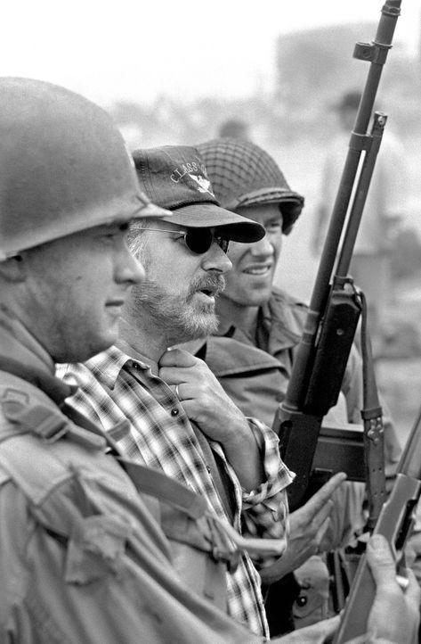 Regisseur Steven Spielberg gibt Tom Hanks Regieanweisungen. - Bildquelle: United International Pictures
