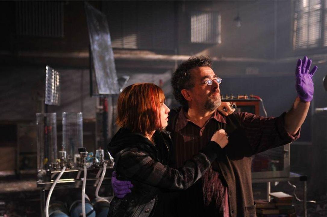 Claudia (Sarah Allen, l.) versucht gemeinsam mit Artie (Saul Rubinek, r.) ihren Bruder durch das gleiche Experiment, mit der junge Student einst ver... - Bildquelle: Philippe Bosse SCI FI Channel
