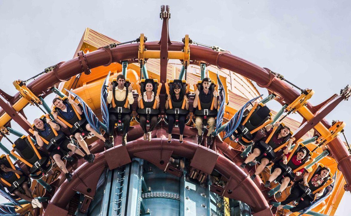 """Als wäre der freie Fall nicht schon genug, beim """"Falcons Fury"""" werden die Fahrgäste zusätzlich noch um 90 Grad nach vorne gekippt ... - Bildquelle: seaworld parks & entertainment"""