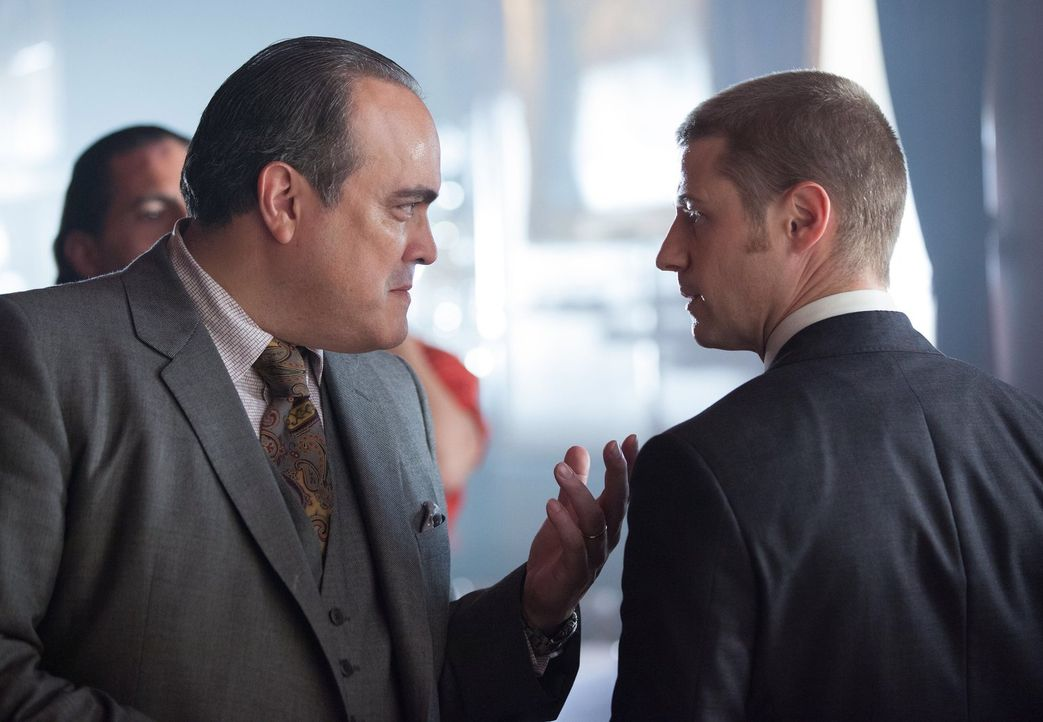 Während Gordon (Ben McKenzie, r.) nach dem Produzenten einer gefährlichen Droge sucht, steigt Oswald Cobblepot weiter in der Gunst von Maroni (David... - Bildquelle: Warner Bros. Entertainment, Inc.