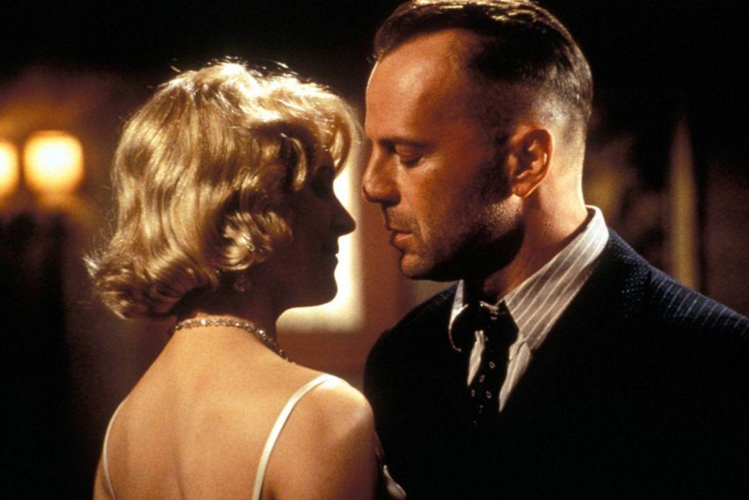 Als die schöne Geliebte des Verbrecherkönigs Strozzi, Lucy (Alxandra Powers, r.), den schweigsamen Killer John Smith (Bruce Willis, l.) verführt, br... - Bildquelle: New Line Productions, Inc.