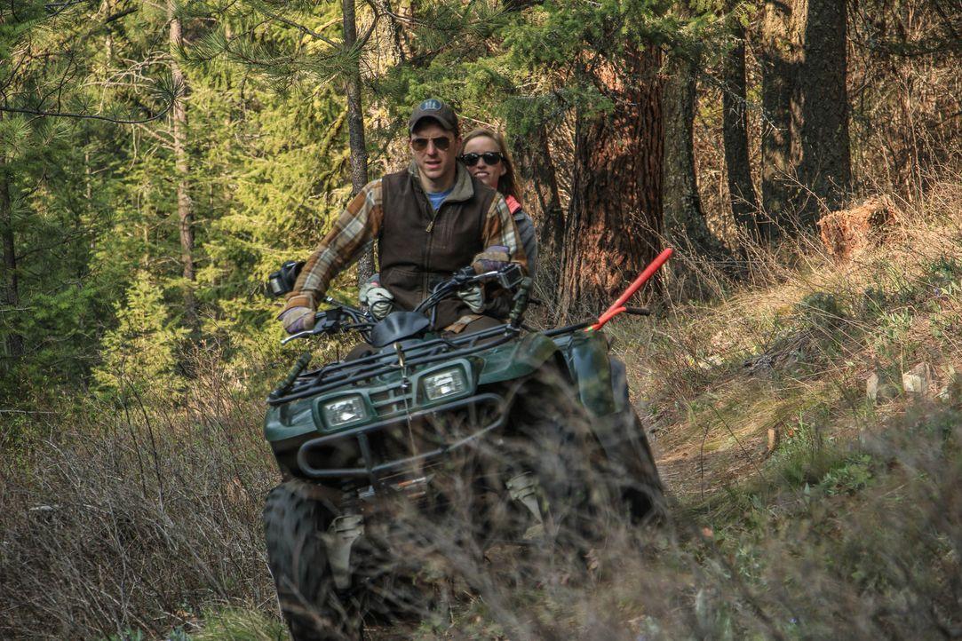 Nach langem Überlegen haben sich die Naturliebhaber Chris (l.) und Catelyn Williams (r.) dazu entschieden, ihr Traumhaus in der Wildnis mit Blick au... - Bildquelle: 2015,DIY Network/Scripps Networks, LLC. All Rights Reserved.