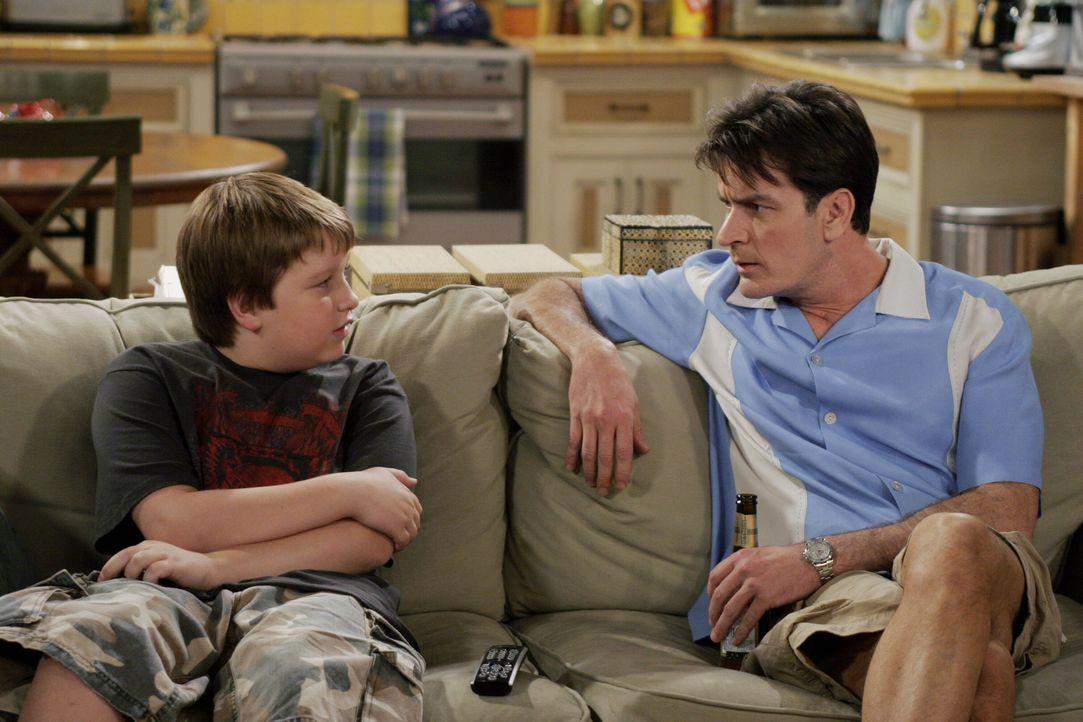 Während Charlie (Charlie Sheen, r.) versucht Jake (Angus T. Jones, l.) aufzumuntern, klaut Alan seinen Hund Chester zurück ... - Bildquelle: Warner Brothers Entertainment Inc.