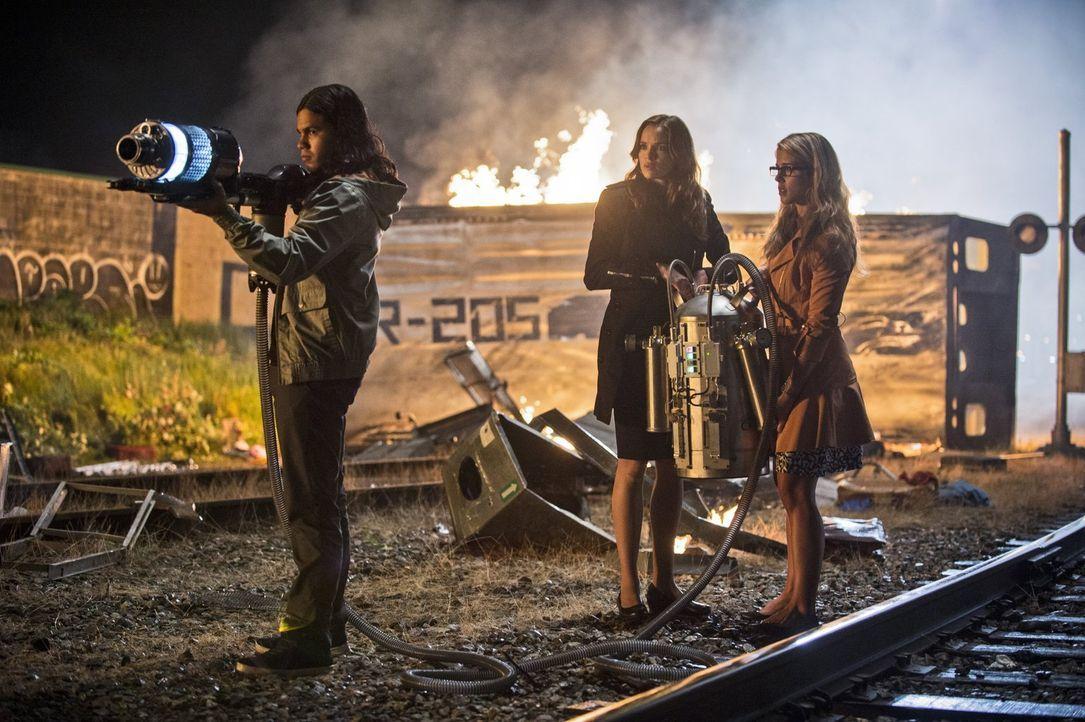 Barry alias The Flash ist in großer Gefahr. Felicity (Emily Bett Rickards, r.), Cisco (Carlos Valdes, l.) und Caitlin (Danielle Panabaker, M.) versu... - Bildquelle: Warner Brothers.