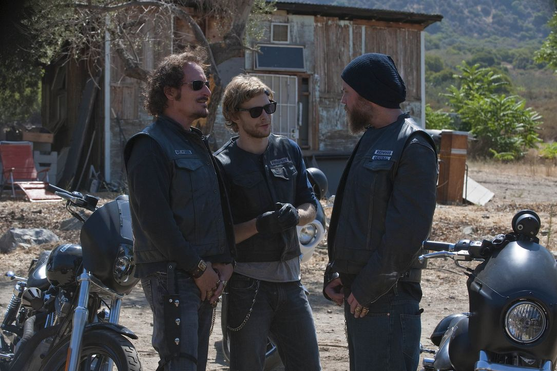 In einem Indianerreservat wartet ein neuer Auftrag auf Tig (Kim Coates, l.), Half Sack (Johnny Lewis, M.) und Opie (Ryan Hurst, r.) ... - Bildquelle: 2009 Twentieth Century Fox Film Corporation and Bluebush Productions, LLC. All rights reserved.