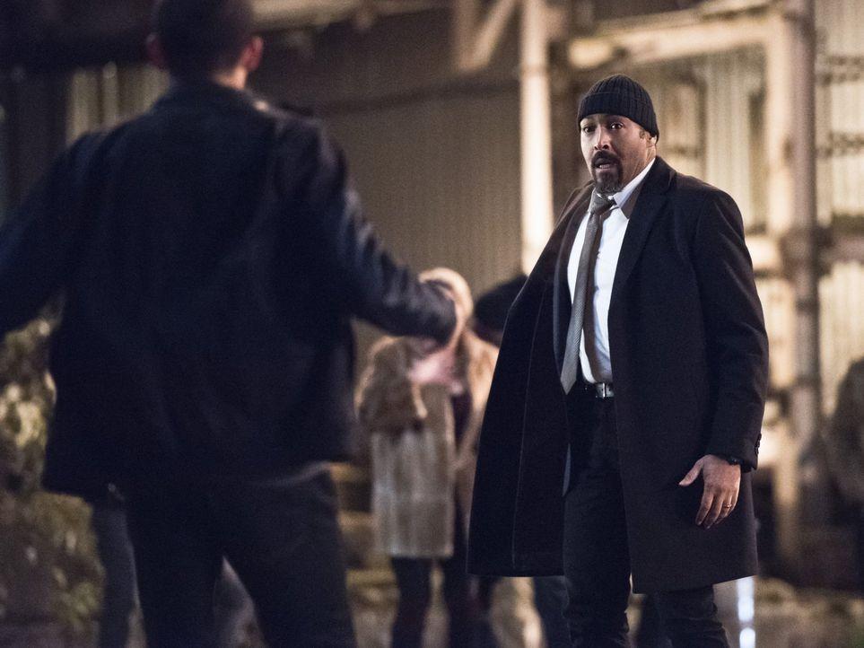 Um seinem Sohn zu gefallen, verstellt sich sogar Joe (Jesse L. Martin) - sehr zum Missfallen seiner Tochter ... - Bildquelle: 2015 Warner Brothers.