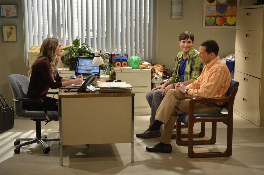 Walden (Ashton Kutcher, M.) und Alan (Jon Cryer, r.) wollen ein Kind adoptieren. Die Sozialarbeiterin Miss McMartin (Maggie Lawson, l.) schlägt ihne... - Bildquelle: Warner Brothers Entertainment Inc.