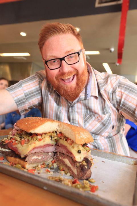 """Josh Denny nimmt sich dem gigantischen """"Monster Muffuletta Burger"""" mit viereinhalb Kilo Fleisch, Salami, Schinken und drei Käsesorten an ... - Bildquelle: 2017,Television Food Network, G.P. All Rights Reserved"""