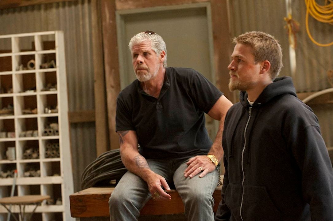 Der Club-Boss Clay (Ron Perlman, l.) gerät immer mehr unter Druck und gibt den Auftrag, Tara zu töten - die Verlobte seines Ziehsohnes Jax (Charlie... - Bildquelle: 2011 Twentieth Century Fox Film Corporation and Bluebush Productions, LLC. All rights reserved.