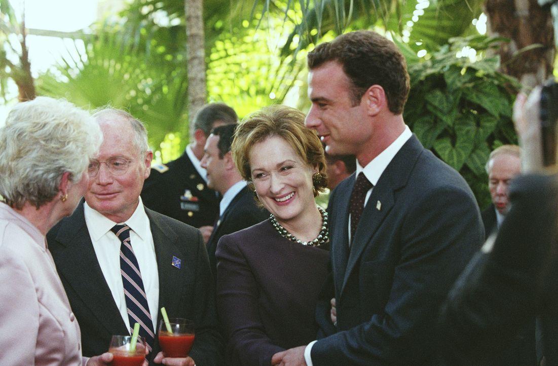 Sehen sich bereits als Gewinner: Raymond Shaw (Liev Schreiber, r.) und seine machthungrige Mutter, die Senatorin Eleanor Shaw (Meryl Streep, 2.v.r.)... - Bildquelle: Paramount Pictures