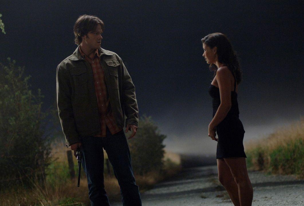 Um Dean aus einem Pakt zu befreien, trifft sich Sam (Jared Padalecki, l.) mit der Crossroads-Dämonin (Sandra McCoy, r.) ... - Bildquelle: Warner Bros. Television