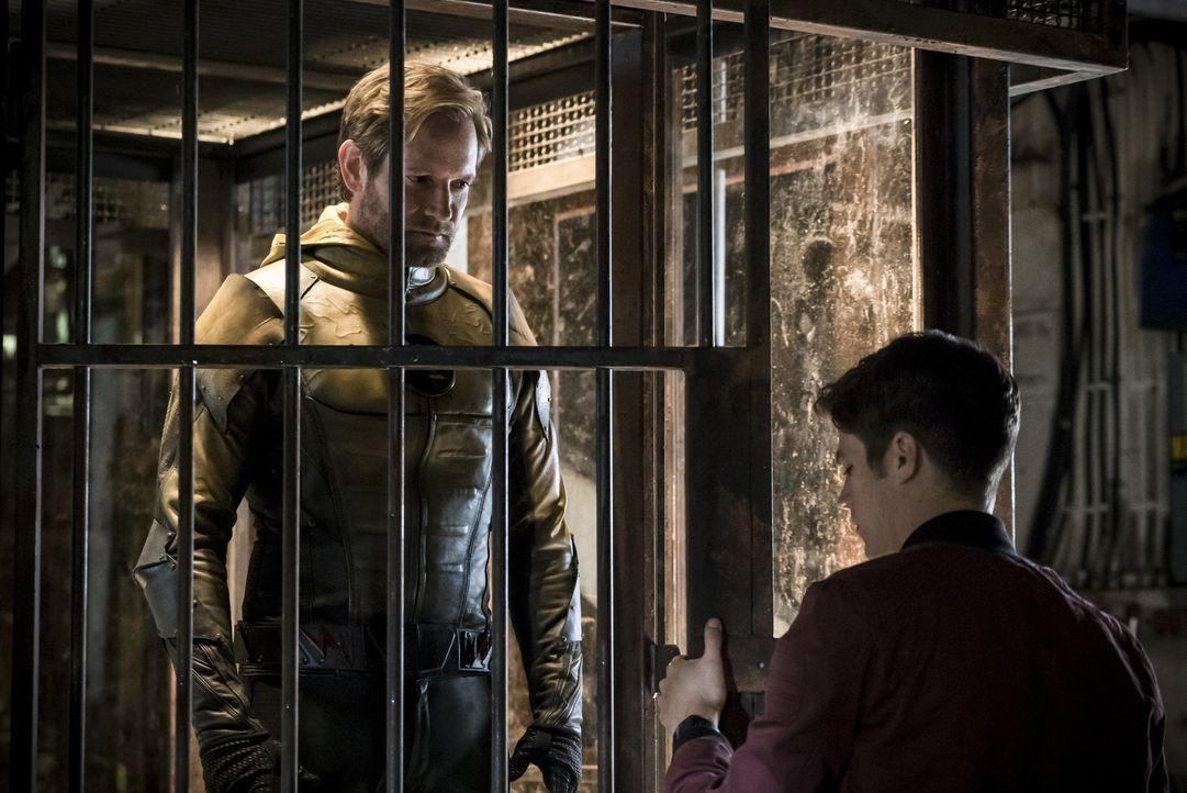 Der Reverse-Flash (Matt Letscher, l.) erinnert Barry (Grant Gustin, r.) nur zu gerne daran, was seine Veränderungen an der Vergangenheit für Auswirk... - Bildquelle: 2016 Warner Bros.