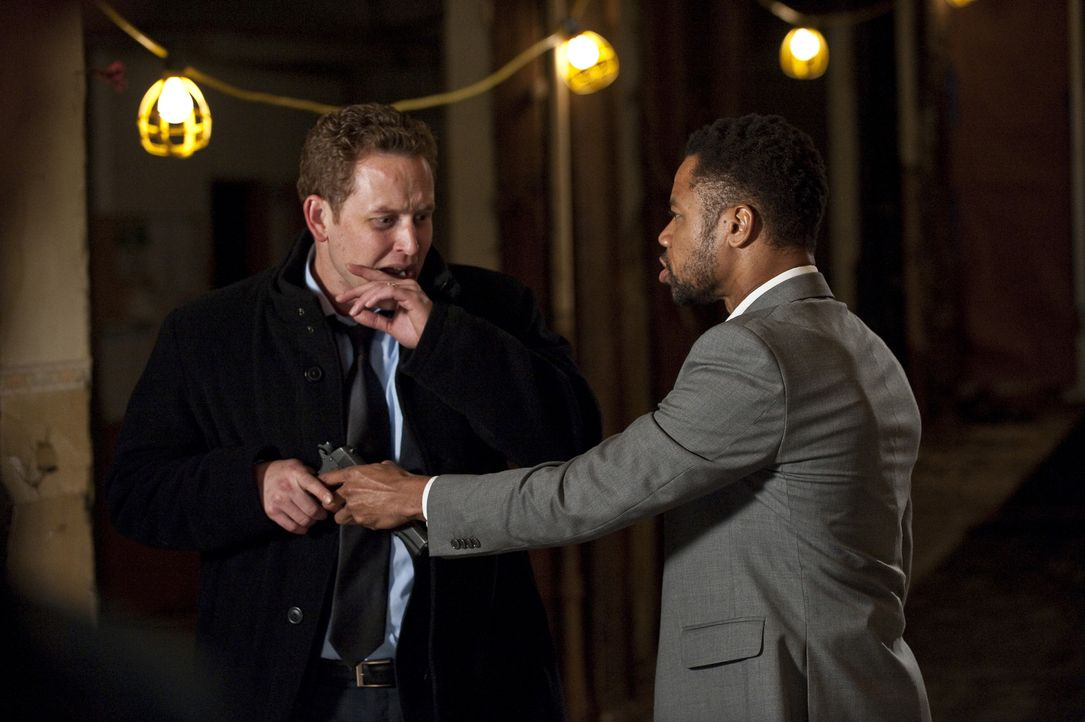 Kann Allan (Cole Hauser, l.) den Killer Jonas Arbor (Cuba Gooding Jr.) noch aufhalten? - Bildquelle: 2011 Sony Pictures Worldwide Acquisitions Inc. All Rights Reserved