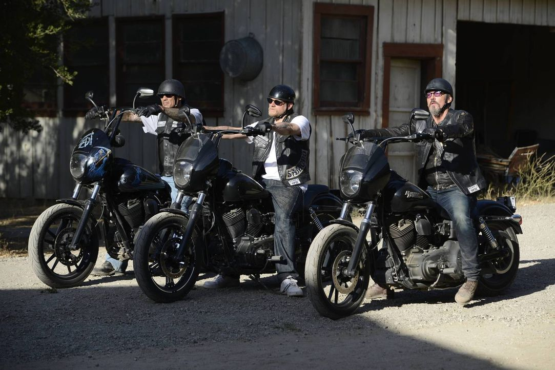Jax (Charlie Hunnam, M.), Happy (David Labrava, l.) und Chibs (Tommy Flanagan, r.) ahnen, dass es in Kürze zu einer heftigen Konfrontation kommen wi... - Bildquelle: 2013 Twentieth Century Fox Film Corporation and Bluebush Productions, LLC. All rights reserved.