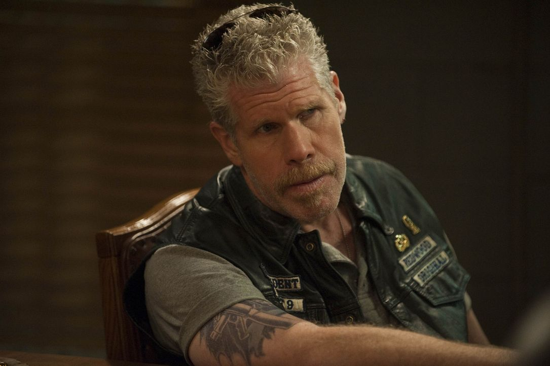 "Die Mayans haben zwei Ladungen AKs von den Sons erbeutet. Clarence ""Clay"" Morrow (Ron Perlman) bespricht mit seinen Jungs, wie sie nun weiter handel... - Bildquelle: 2009 Twentieth Century Fox Film Corporation and Bluebush Productions, LLC. All rights reserved."